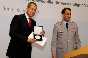 Рей нгольд Роббе, уп олномоченный Бундестага по вопросам обороны, при вручении е му Медали Бернхарда Вайса