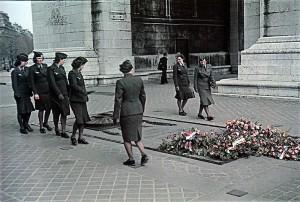 У могилы Неизвестного солдата под Триумфальной аркой