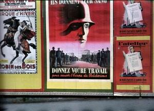 """Нацистская пропаганда на Елисейских полях; текст на плакате в центре: """"Они отдают кровь, а вы отдайте труд на спасение Европы от большевизма"""