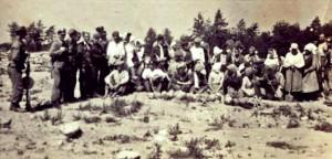 """Польские крестьяне с """"золотым урожаем"""" из еврейских могил.  Фото из книги Яна Гросса"""