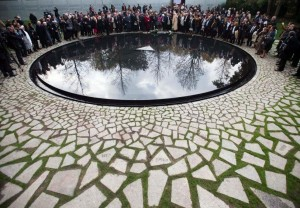 Памятник представителям цыганских народностей синти и рома, ставших жертвами Холокоста, перед зданием Бундестага