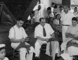 Херберт Фридер (сидит справа на переднем плане) на сигарной фабрике «Helena». Манила, Филиппины, 1940 г.