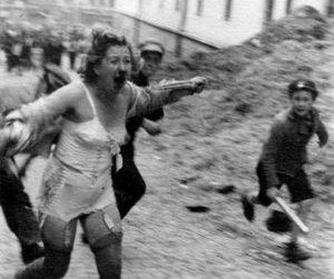 Женщина, раздетая до нижнего белья, бежит, преследуемая парнем в форме и подростком с палкой. Действие происходит возле тюрьмы на Замарстыновской, на улице Помперской. Сейчас эта улица называется Веселая.