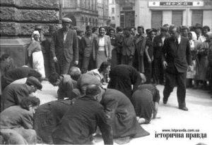 Еврейские мужчины и женщины чистят улицу возле Оперы.
