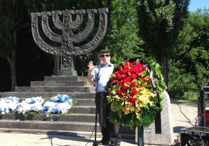 Натан Щаранский  выступает на  церемонии памяти жертв Катастрофы, состоявшейся в Бабьем Яру