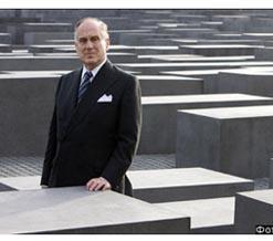 Рон Лаудер в центре Берлина, на Мемориале памяти убитых евреев Европы