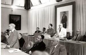 Праздничное заседание временного правительства. Бен-Гурион произносит речь, за ним – президент страны Хаим Вайцман и председатель временного правительства Йосеф Шпринцак (30.9.1948)