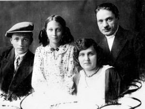 Анатолий, Нонна, Анна и Евгений Лисовские, 1935
