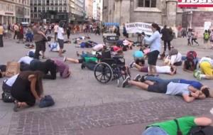 Скриншот с видеосюжета о флэш-мобе, проведенном в Вене в июле 2014 года: «Грады» посыпались на Москву, Вену, Париж, Берлин, Лондон и Рим