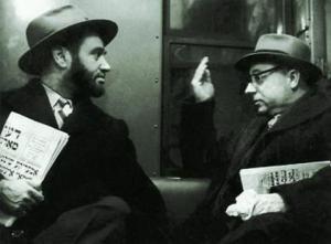 Читатели газет на идише. Фотография сделана в Нью-Йоркском метро 1930-х гг.