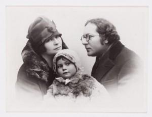 С женой и дочерью, 1930