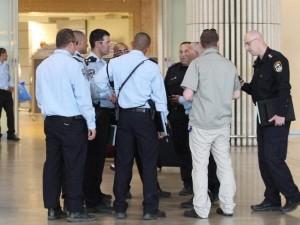 Сотрудники полиции и служб безопасности  в аэропорту имени Бен-Гуриона