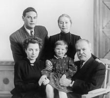 Жемчужина и Молотов в кругу семьи, 1953 г.