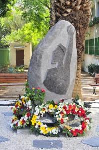 Памятник Александру Печерскому в Тель-Авиве