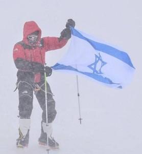 Израильский альпинист Надав Бен-Йегуди, ставший в 2012 году героем Непала, наконец-то покорил вершину Аннапурны, над которой установил израильский флаг