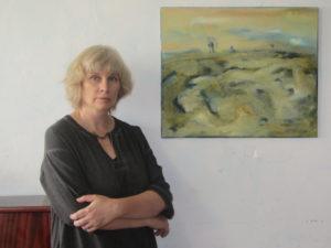 Наталия Гончарова-Кантор у картины «Ветер пустыни»