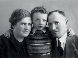 Родители Михаила - Раиса Яковлевна и Эммануил Моисеевич были врачами