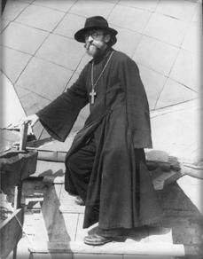 Отец Алексей на куполе Покровской церкви