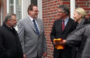 Председатель общины Егуда Вельтерман (второй слева) с гостями общины