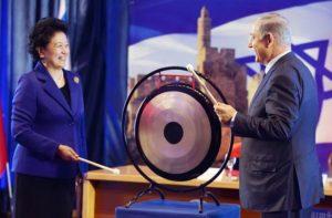 Вице-премьер Госсовета КНР Лю Яньдун и премьер-министр Израиля Биньямин Нетаниягу на встрече в Иерусалиме