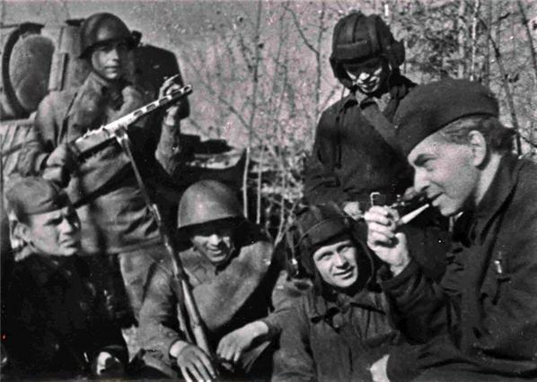 Илья Эренбург (справа) с танкистами на фронте, 1942 год