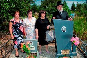 Рав Лау с женой и дочерями Ф. Михайличенко на его могиле