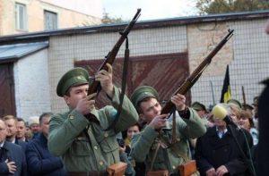 Под звуки выстрелов пулеметов и винтовок открыли памятник Петлюре в Виннице
