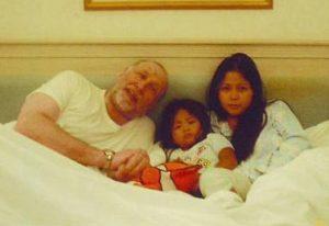 Бобби Фишер с Мэрилинг Янг и дочерью, 2004 год