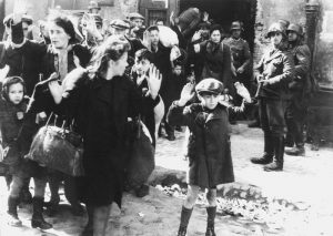 Солдаты СС конвоируют колонну пленных евреев в Варшавском гетто