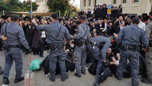 Акция протеста возле призывного пункта на улице Раши в Иерусалиме, которую устроили порядка 500 экстремистски настроенных ультраортодоксов. Ортодоксы перекрывают движение транспорта, вступают в драки с полицейскими и разными способами провоцируют беспорядки. Они швыряют в сотрудников органов правопорядка камни, яйца и бутылки с водой. В толпе раздаются выкрики: «Нацисты!», «Умрем – но в армию не пойдем!»