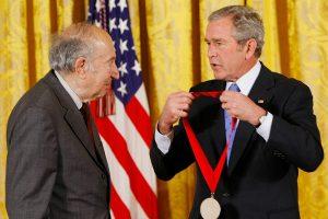 2007 год. Джордж Буш-младший наградил Пайпса Национальной гуманитарной медалью США