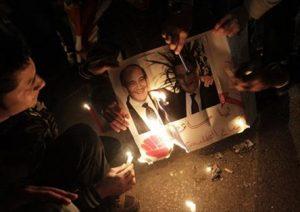 «Мусульманские братья» сжигают портреты Э.Ольмерта и Х.Мубарака после свержения президента Египта, Каир, 2011 г.