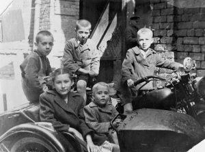Дети Евбаза. Фото сделано в конце 1940-х годов во дворе по ул. Воровского, 51