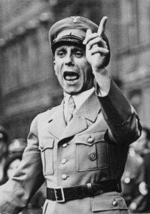 Геббельс выступает в берлинском Люстгартене, 25 августа 1934 года. Этот жест он использовал для выражения угрозы или предостережения