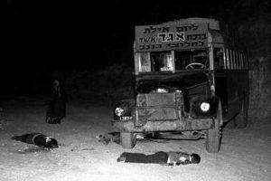 Автобус и тела троих жертв через несколько часов после нападения