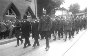Грцезинский, Вайс и Гейнмансберг возглавляют похоронную процессию двух убитых полицейских