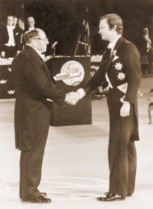 Вручение Л.В.Канторовичу диплома и Нобелевской медали королем Швеции Карлом XVI Густавом. 10 декабря 1975 г.
