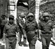 Узи Наркис с министром обороны Моше Даяном и начальником генштаба Ицхаком Рабиным в Старом городе Иерусалима вскоре после его освобождения от Иорданских войск в Шестидневной войне, 1967 г.