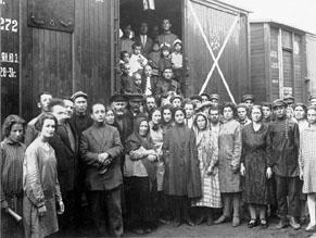 Евреи-переселенцы из-за границы на станции Тихонькая. Биробиджанский район, начало 1930-х гг.