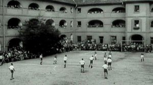 Воскресный футбольный матч на центральной площади