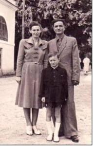 На послевоенном фото из семейного архива - Юдит Чайковская-Аккерман с мужем Владимиром и сыном Богданом