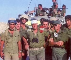 Ариэль Шарон (в центре) и Моше Даян (справа), Синай, 1973 г.