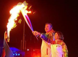 Ирина Роднина и Владислав Третьяк зажигают олимпийский огонь на церемонии открытия Олимпиады в Сочи 7 февраля 2014 года