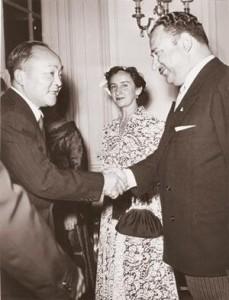 Прием костариканским послом (советским разведчиком И.Р.Григулевичем) Теодоро Б. Кастро (справа) и его супругой Лаурой представителей дипкорпуса в Риме, 1952 год