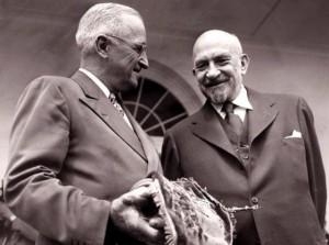 Встреча в Белом доме 18 июля 1948 года. Гарри Трумэн (слева) и Хаим Вейцман