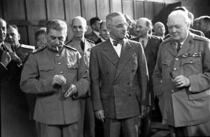 Лидеры «Большой тройки» антигитлеровской коалиции на Потсдамской конференции: председатель ГКО СССР И. В. Сталин,  президент США Гарри Трумен, премьер-министр Великобритании Уинстон Черчилль