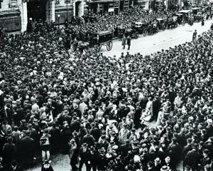 Похоронная процессия за гробом Шолом-Алейхема у синагоги