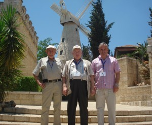 Б.Гельман, М.Френкель, С.Бельман около мельницы Монтефиоре в первом еврейском квартале, основанном  за пределами Старого Города