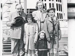Ивонн Кальман (самая маленькая) с родителями, братом  и сестрой. Фото из семейного архива Кальманов