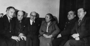 Лина Штерн среди членов Президиума ЕАК (слева направо: Л. Квитко, В. Зускин; справа налево: И. Фефер, А. Кац) на встрече с американским журналистом и зятем Шолом-Алейхема Бенционом Гольдбергом (третий слева). 1946 г.